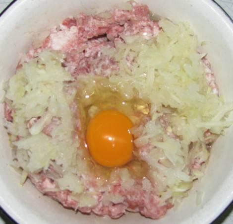 3. К мясу добавить яйцо. Если фарш слишком сухой, возможно понадобится 2 яйца.