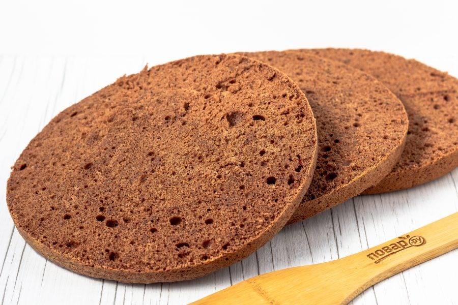 Остывший бисквит разрежьте на 3-4 коржа.