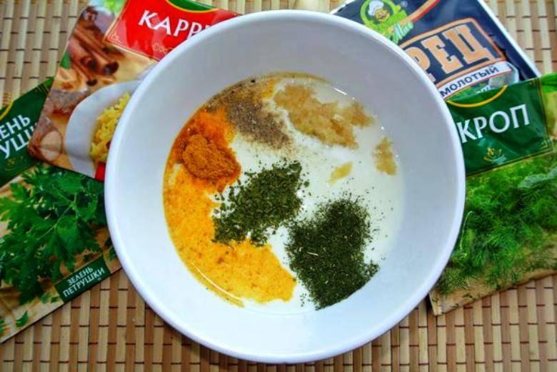 Смешайте кефир с измельченным чесноком, оливковым маслом, солью и специями (по вкусу).