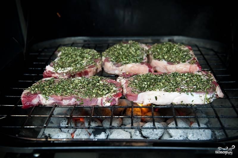 8. По истечению часа выложите стейки на решетку приправленной стороной вверх. Время жарки зависит от температуры углей и толщины мяса. Полагайтесь на интуицию и нюх! Стейк на решетке переворачивать надо только один раз.