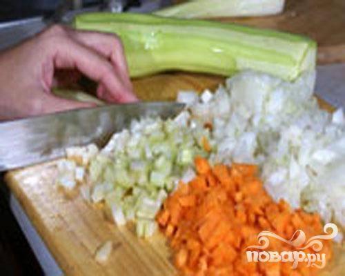 1.В первую очередь снимаем кожицу с куриной грудки. Мясо можно пропустить через мясорубку или мелко нарезать. Затем добавить к нему измельченную зелень, яйцо и немного посолить, замесим фарш. Поставим на время фарш в холодильник. Куриные косточки кладем в кастрюлю с водой, добавим кожу и немного мяса. Ставим вариться бульон. Очищаем лук и мелко его нарезаем. Маленькими кубиками нарезаем остальные овощи.