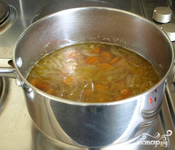 2.Переложить содержимое сковородки в большую кастрюлю. Добавить соль и перец. Влить бульон и довести смесь до кипения. Скрутить огонь и дать супу покипеть на слабом огне приблизительно 20 минут, пока морковь не станет мягкой. Несколько раз перемешайте суп во время готовки.