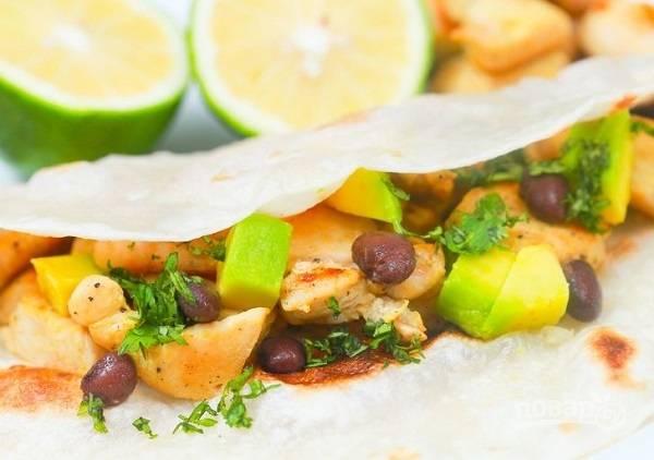 8. Добавьте авокадо, зелень и фасоль. Приятного аппетита!