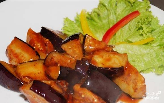 Сервируйте так - выложите листья салата, на него положите баклажаны и посыпьте зеленым луком и перцем.