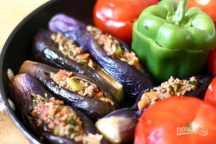 5.Чищу и мелко нарезаю лук, нарезаю зеленый перец и пучок базилика, отвариваю нут. Фарш обжариваю на сковороде с добавлением мякоти томатов, лука, перца и базилика, по вкусу солю и перчу. Смешиваю обжаренные овощи с отваренным нутом, полученной начинкой фарширую подготовленные овощи, закрываю шляпками и выкладываю в сковороду с толстым дном и высокими бортиками, вливаю растительное масло, готовлю под закрытой крышкой 40-50 минут (по необходимости вливаю немного воды).