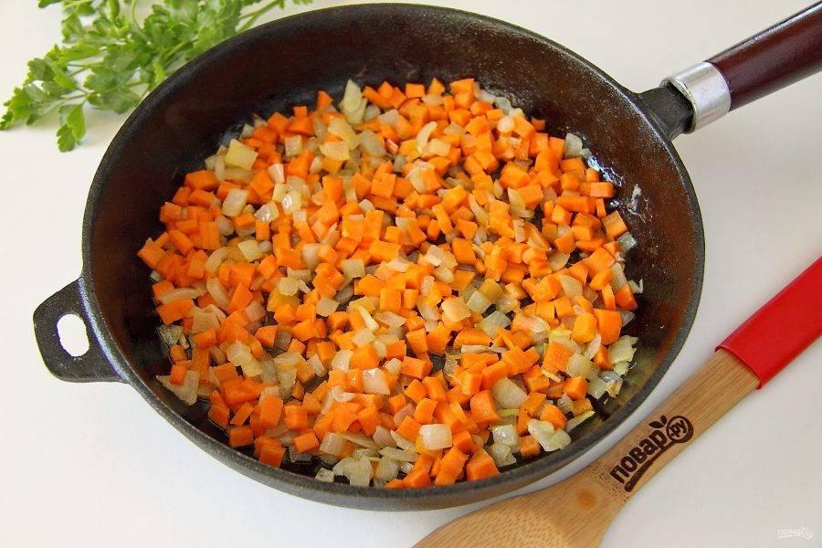 Добавьте морковь и продолжайте готовить еще 5 минут.