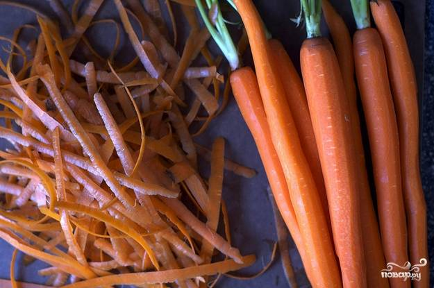 4. Морковь очистите как следует.