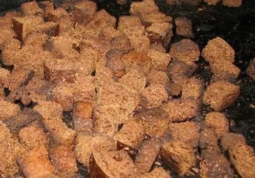 Хлеб нарезаем небольшими кубиками и поджариваем в духовке до золотистого цвета. Не сожгите сухарики!