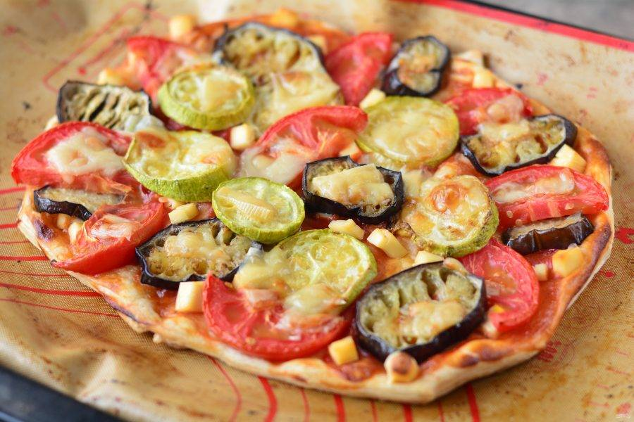 Выпекайте пиццу в разогретой до 200 градусов духовке 15 минут.
