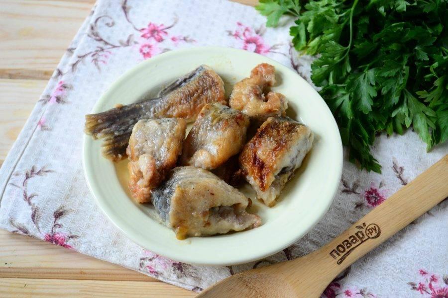 Щуку порежьте на небольшие куски, обмакните в муку, смешанную с небольшим количеством соли, и обжарьте в растительном масле точно так же, как вы обычно жарите рыбу.