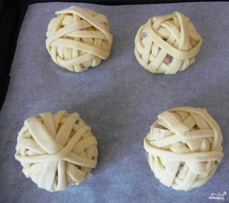 Клубочки выкладываем на противень, закрытый бумагой для выпекания и смазанный маслом. Затем клубки смазать взбитым желтком и отправить в предварительно разогретую духовку до 180-200 градусов. Выпекать до готовности около 30-40 минут.