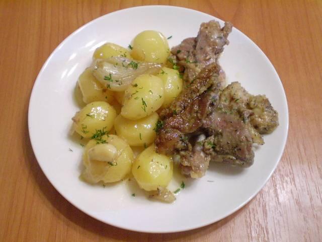 Разложите блюдо по тарелочкам. Полейте утиным жиром и посыпьте мелко рубленной зеленью. Приятного!