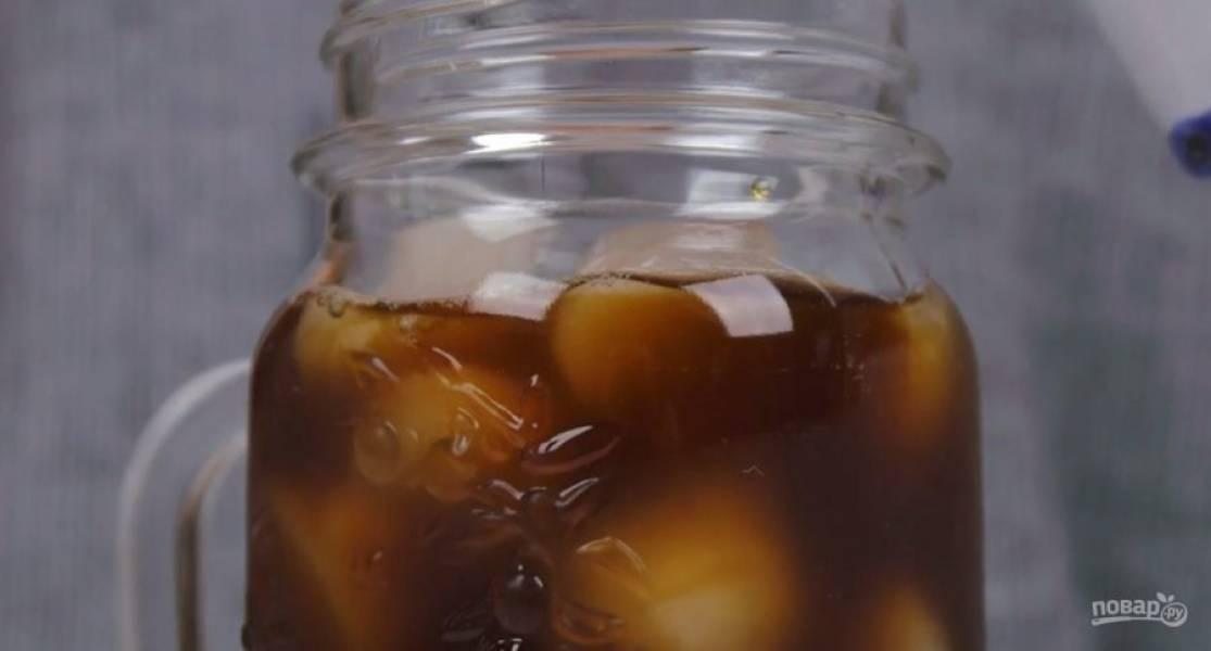 4.  Кофе со льдом: в емкость со льдом добавьте холодный крепкий кофе, приготовленный любым способом. Добавьте по вкусу сахарный сироп, молоко и перемешайте. Сразу подайте кофе. Приятного аппетита!