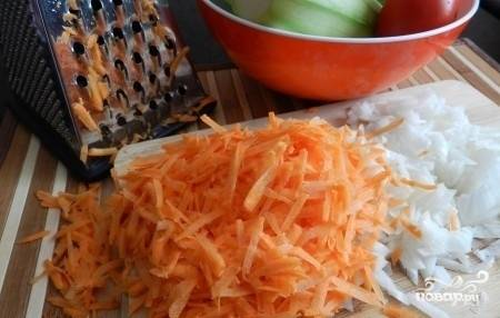 Лук и морковь почистите, помойте. Морковь натрите на средней тёрке, а лук измельчите.