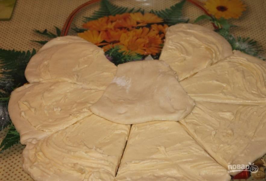 Отдохнувшее тесто раскатайте в пласт, а сверху распределите масло с мукой. Пласт надрежьте на 8 частей не доходя до середины, должна получиться ромашка.