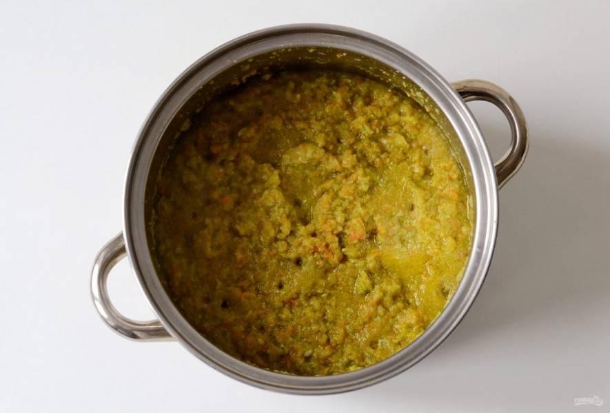 Переложите в кастрюлю с толстым дном, добавьте растительное масло. Доведите до кипения, убавьте огонь до миндального и тушите под крышкой 40 минут. Периодически помешивайте.
