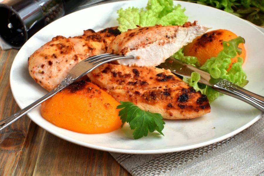 Подавайте куриную грудку с персиками сразу же, горячей, дополнив свежей зеленью.