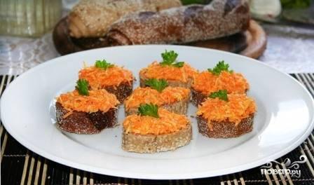 Выкладываем салат на ломтики хлеба и украшаем зеленью. Красиво?:) И вкусно!