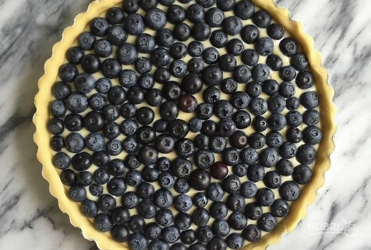 6.Выложите ягоды черники поверх начинки.