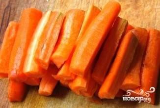 Когда мясо практически сварится добавляем крупно нарезанную на брусочки морковь (если есть репа и горох нут, можно тоже добавить. Шурпа становится еще вкуснее и насыщеннее, только горох должен быть заранее замочен).