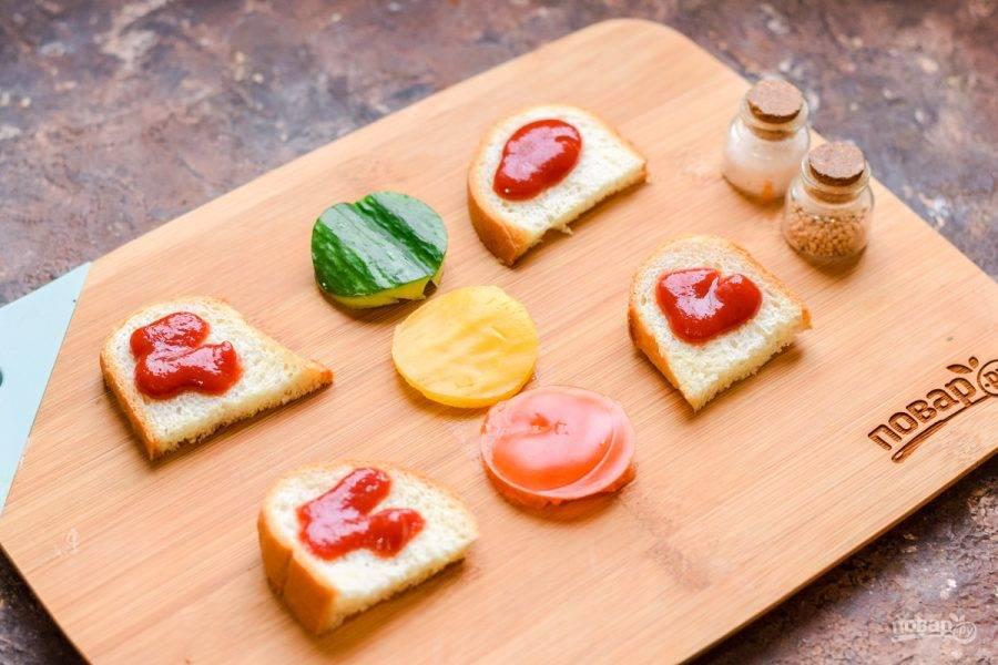 Смажьте ломтики хлеба кетчупом.