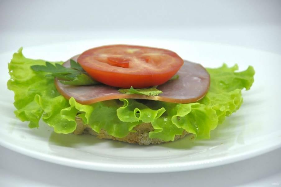 Второй вариант бутербродов: хлеб, дижонская горчица, салатный лист, сырокопченая колбаса или ветчина, колечко помидора, веточка петрушки.