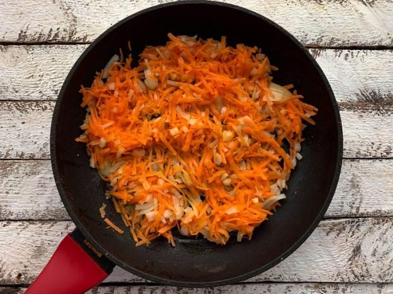 На хорошо разогретой сковороде с растительным маслом обжарьте овощи в течение 5-10 минут.