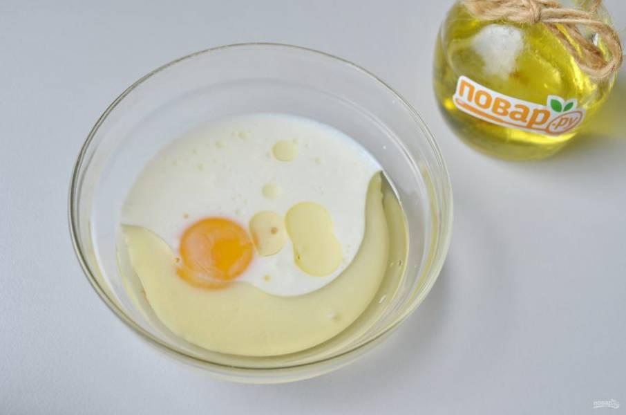 10. Из кефира, молока, желтка и масла приготовьте заливку. Просто взболтайте вилочкой ингредиенты.