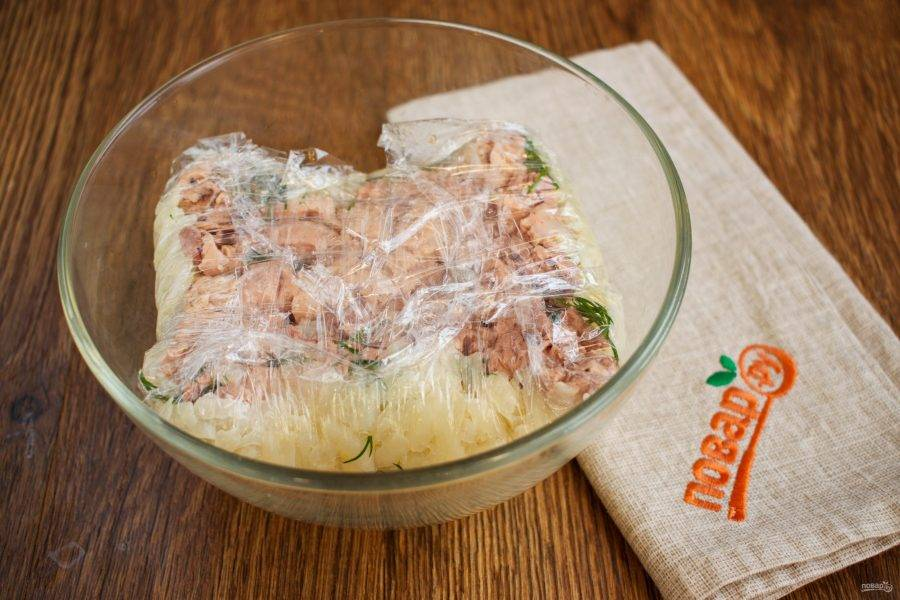 Накройте салат концами пленки, стяните пленку, образовывая вверху квадрат. Поставьте салат в холодильник на 30 минут.