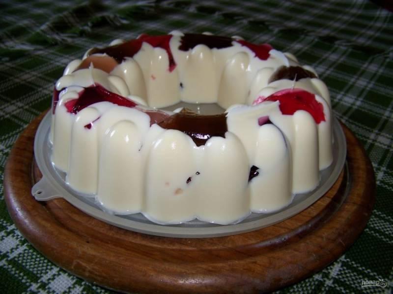 Отправьте десерт в холодильник на ночь. На следующий день аккуратно извлеките десерт из формы и подавайте к столу. Приятного чаепития!