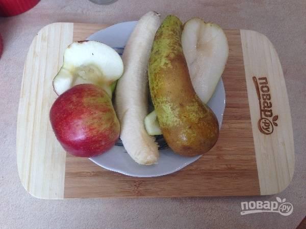 2. Очистим банан, у яблока и груши удалим сердцевину.
