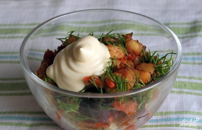 7.Разложите салат по порционным тарелкам. Украсьте сметаной, зеленью. Подавайте горячим. По вкусу можно вместо сметаны добавить немного ароматного подсолнечного масла.