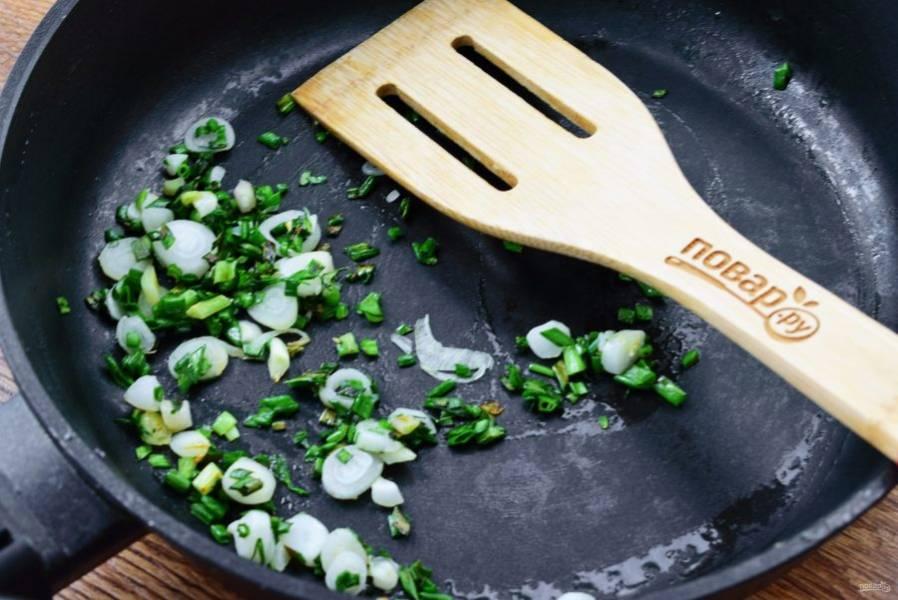 В той же сковороде обжарьте лук и чеснок до появления аромата, около 30 секунд.