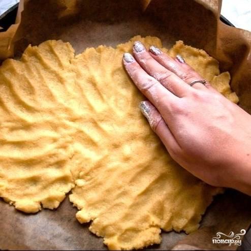 Далее прямо руками (этим процессом у нас обычно заведует жена) начинаем утрамбовывать получившееся тесто в форме для выпекания. Форму предварительно застелем кондитерской бумагой.
