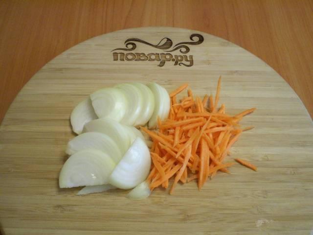Порежьте лук, морковь, перец.