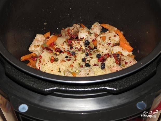 Потом добавьте барбарис, специи и соль. Промойте рис, уложите его сверху.