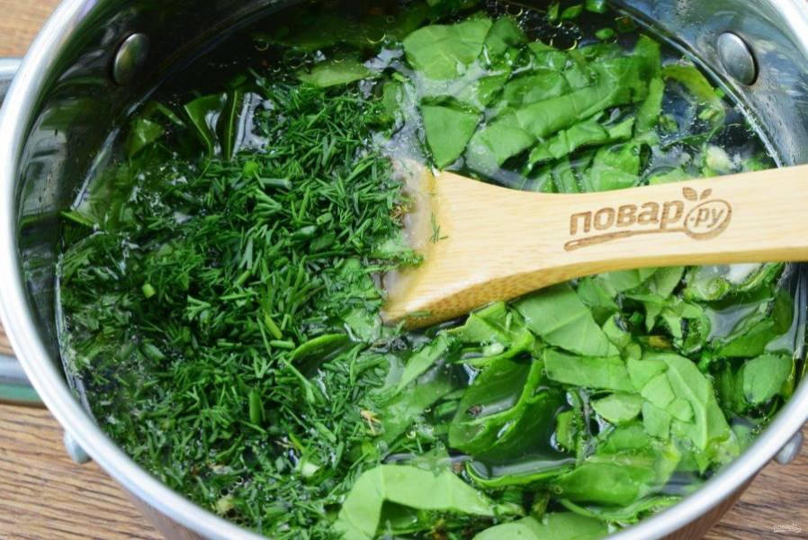 В кастрюле бульон, соль, перец и имбирь доведите до кипения. Добавьте шпинат и укроп, варите около 3 минут на среднем огне.
