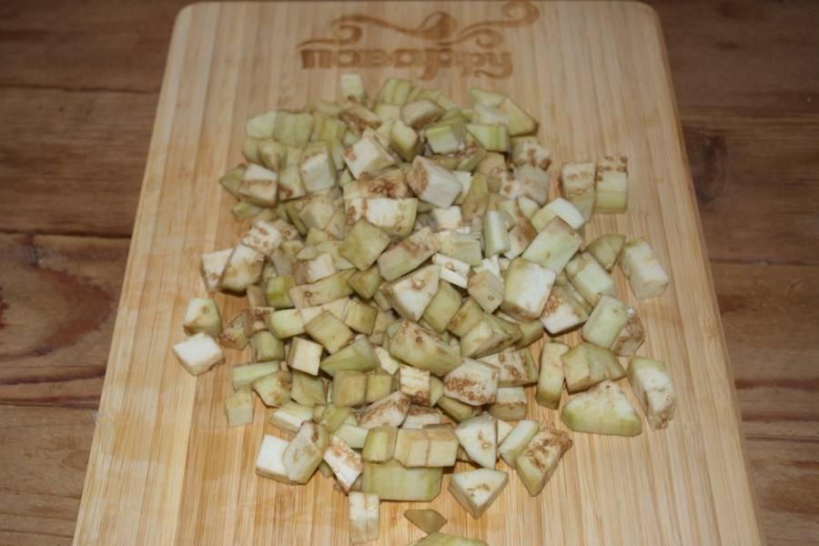 Баклажаны нарезаем произвольно. Если предварительно очистить овощи, мне кажется, что блюдо будет нежнее.