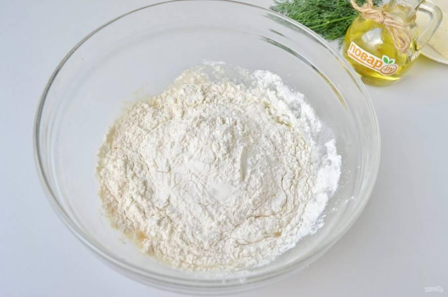 4. Всыпайте порциями просеянную муку, замешивайте тесто. Может понадобиться от 3 до 4 стаканов муки, но не стоит слишком крутым делать тесто, оно должно быть мягким и воздушным.