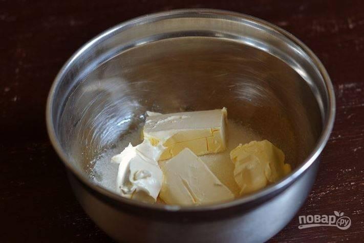 Насыпьте в миску сахарный песок. Достаньте из холодильника маргарин и дайте ему постоять при комнатной температуре. Когда он размягчится, добавьте его в миску с сахаром.
