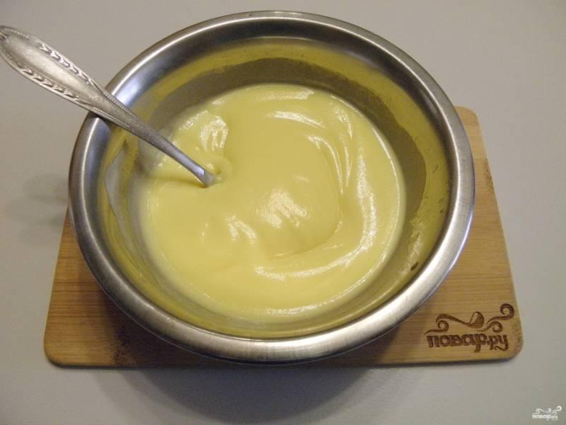 Смешайте топленое масло со сгущенкой до однородного крема.