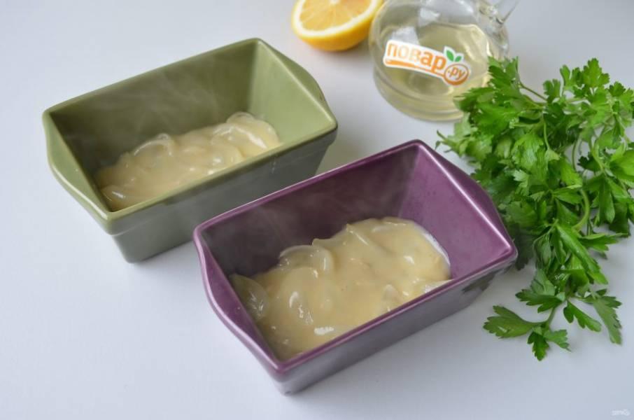 6. Возьмите одну большую форму или порционные формочки. Я делала в двух маленьких. Разложите половину лукового соуса.