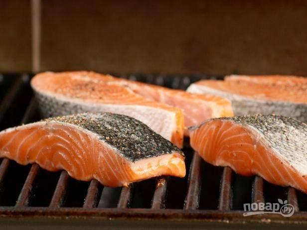 2. Смажьте рыбу растительным маслом, поместите на гриль.