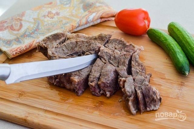 6. Острым ножом нарежьте мясо поперек волокон порционными кусочками. Подавайте к столу теплым или охлажденным. Приятного аппетита!