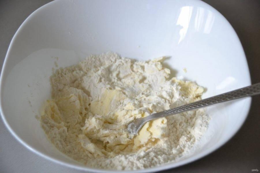 Всыпьте муку, но не всю сразу, оставьте примерно 50 грамм для подмеса, вилкой перетрите муку с маслом в крошку.