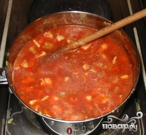 4.Влить куриный бульон, добавить пюре из помидоров и смесь итальянских трав, довести до кипения. Уменьшить огонь и варить на слабом огне 20 минут, овощи должны быть почти готовы.