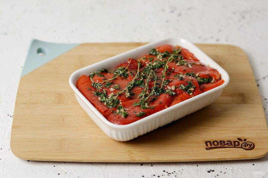 Последний слой должен быть из болгарского перца. Смажьте его маслом, сверху выложите пару веточек тимьяна. Запекайте полчаса в духовке при температуре 180 градусов.