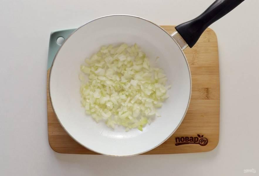 Параллельно нарежьте лук кубиками, обжарьте на сковороде с маслом до мягкости.