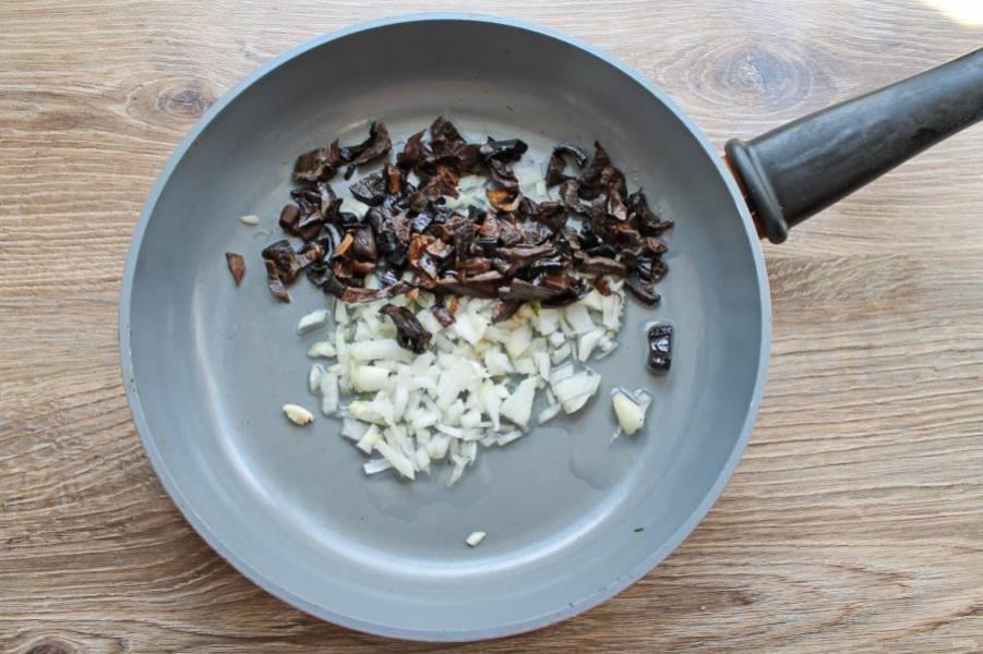Достаньте из отвара грибы, порежьте и добавьте в сковороду с репчатым луком.