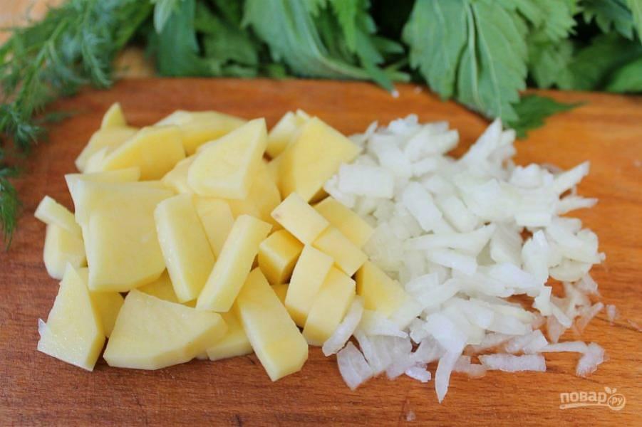 Кастрюлю с водой ставим на огонь. В кипящую воду добавляем нарезанный мелко лук и картофель.